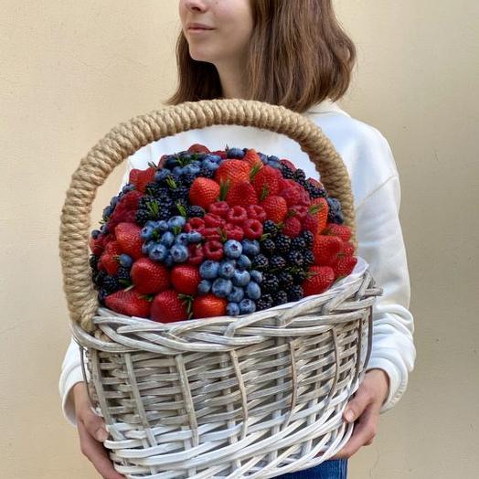 Ягодная корзина: букеты цветов на заказ Flowwow