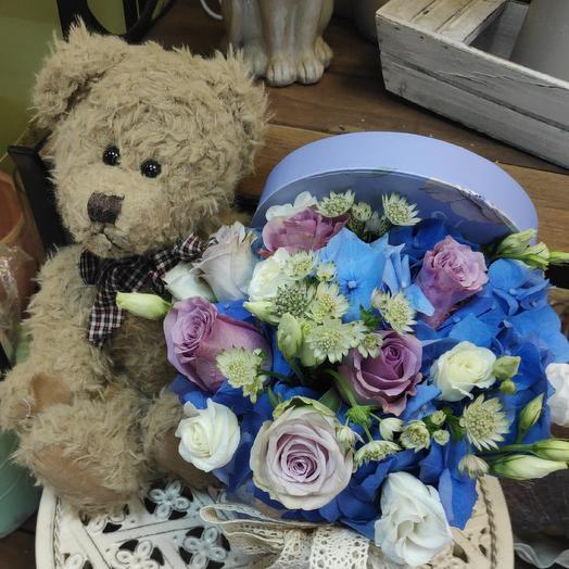 Подарок с цветами в коробке: букеты цветов на заказ Flowwow