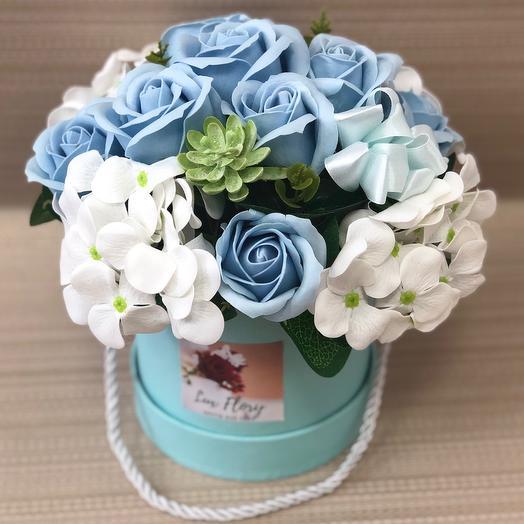 Букет розы и гортензия с голубой шляпной коробке