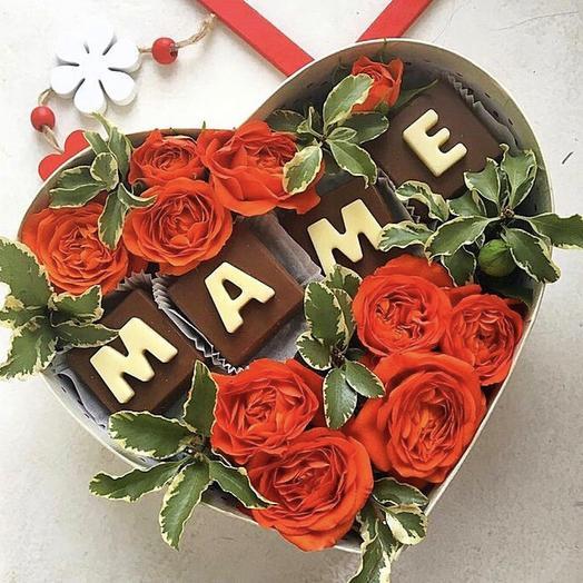 """Цветочная композиция в коробке с шоколадными буквами """"МАМЕ"""""""