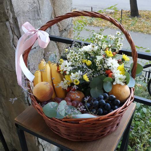 Корзина фрукты и цветы