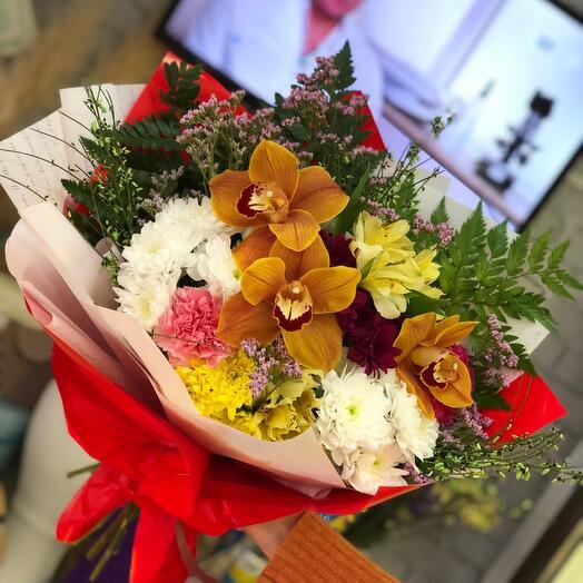 Яркий стойкий букет с орхидеями