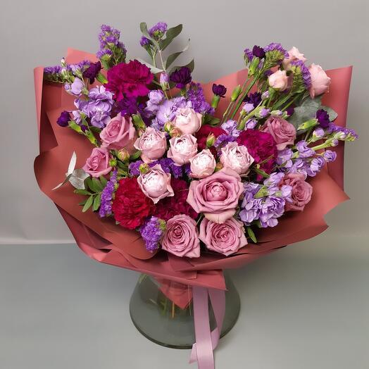 букет из кустовой розы, маттиолы, гвоздики,эвкалипта и статицы