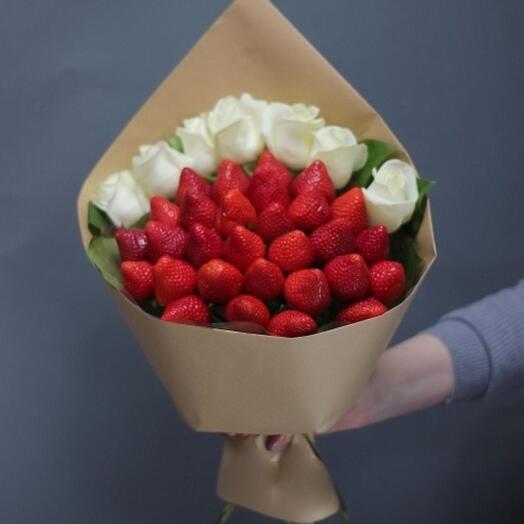 Букет из клубники с белыми розами 🥰