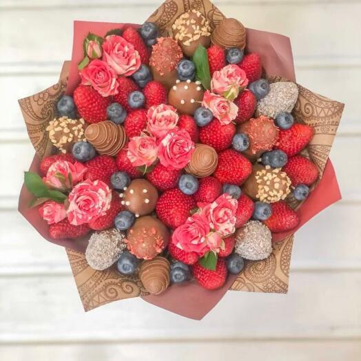 Букет из Клубники в Шоколаде с цветами