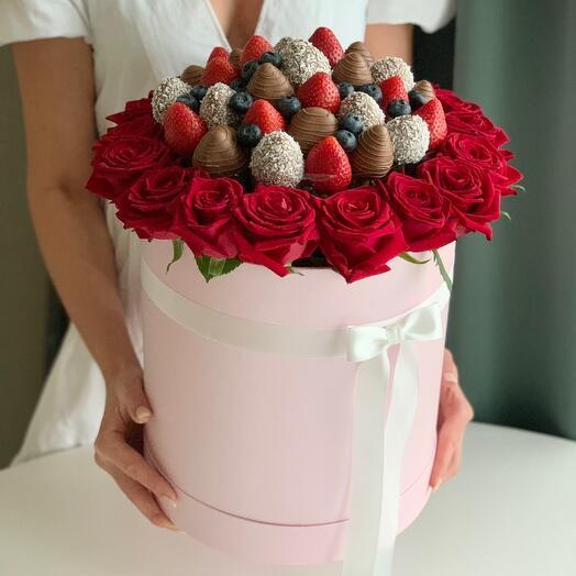 Розы и клубника в шоколаде в шляпной коробке