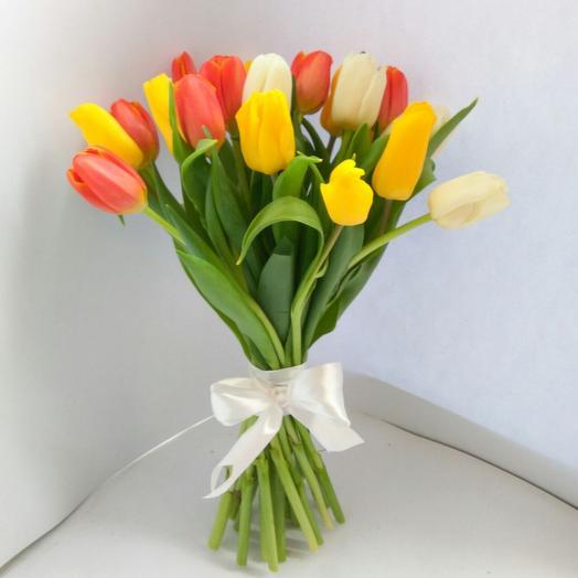 Букет из 21 разноцветного тюльпана: букеты цветов на заказ Flowwow