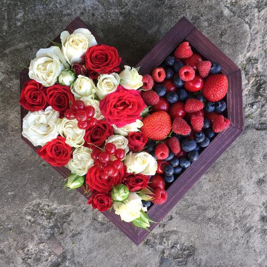 Цветы и ягоды в деревянном сердце : букеты цветов на заказ Flowwow