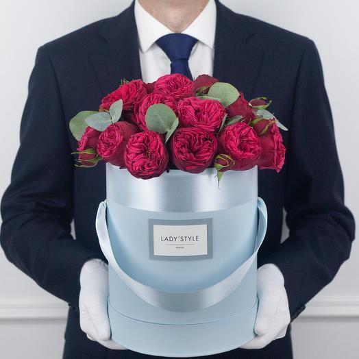 Пионовидная роза Red Piano c эвкалиптом в шляпной коробке M: букеты цветов на заказ Flowwow
