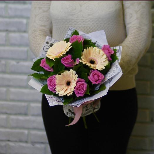 Розовые розы и кремовые герберы: букеты цветов на заказ Flowwow