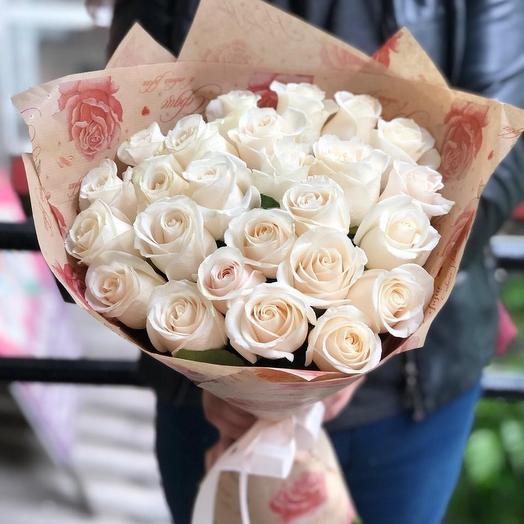 25 белых роз в крафт бумаге