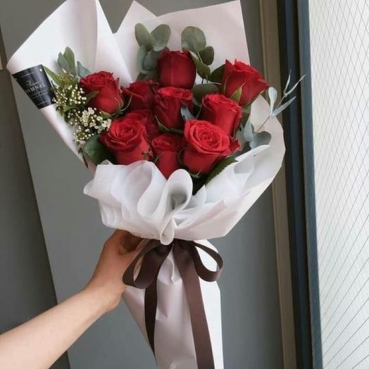 11 Красных роз в дизайнерской упаковке: букеты цветов на заказ Flowwow