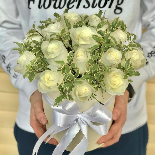 Коробки с цветами. Нежные белые розы с питтоспорумом. N632: букеты цветов на заказ Flowwow