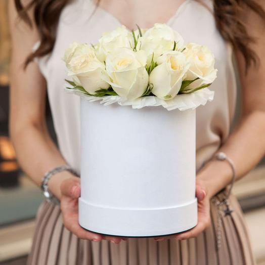 Букет в шляпной коробке из 11 белых роз премиум