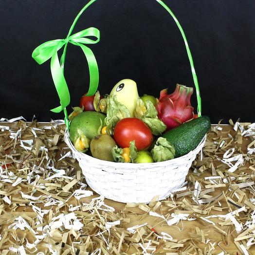 Корзина с тропическими фруктами