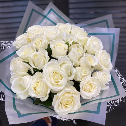 25 белых роз 60 см в оформление