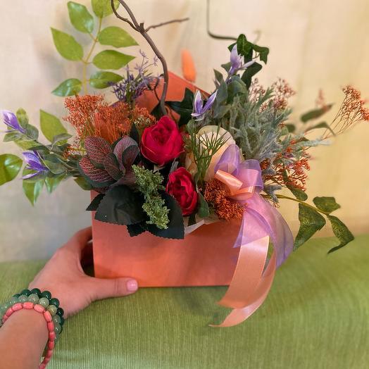 Композиция из искусственных цветов и сухоцветов