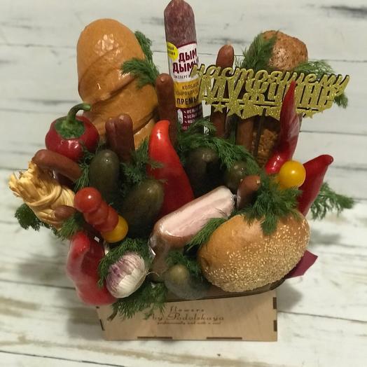 Ящик с колбасой и овощами