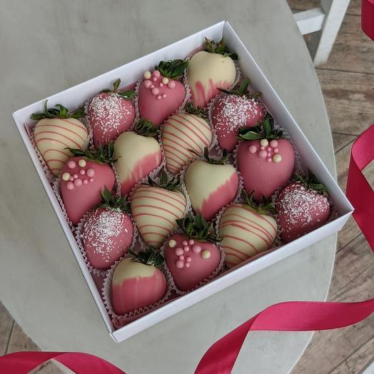 Свежая клубника в белом и розовом шоколаде 16 ягод