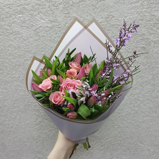 Весенний букет с тюльпанам, розами и генистой