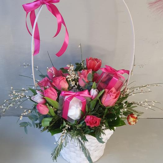 """Корзина с цветами и сладостями """"Цветочная поэзия"""""""