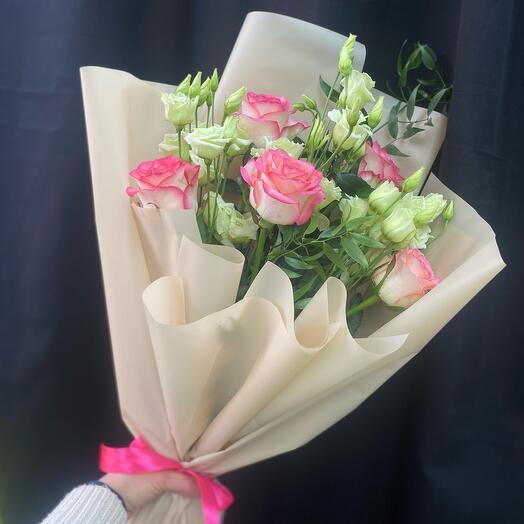 Розы с лизиантусом