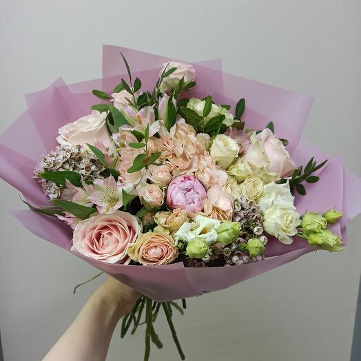 Красивый букет с пионом, гортензией и ассорти цветов