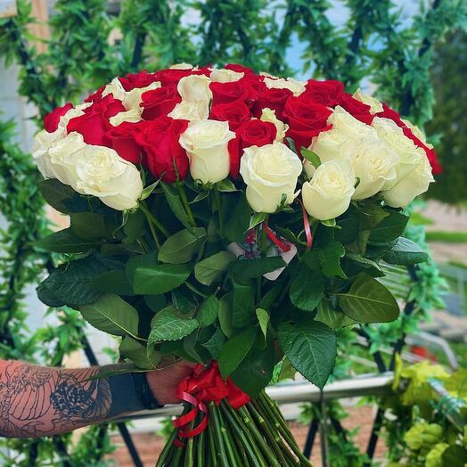 101 красно-белая роза 60 см