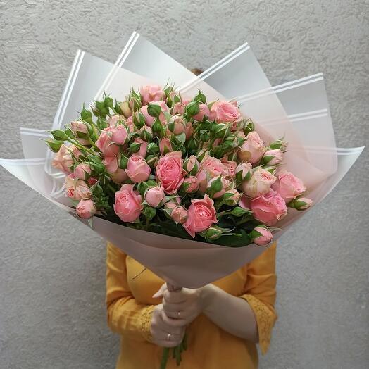 Красивый букет пионовидных роз