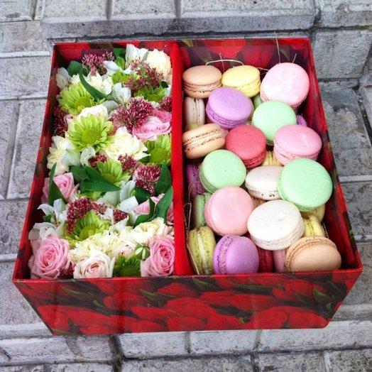 Коробка подарочная с цветами и пирожными: букеты цветов на заказ Flowwow