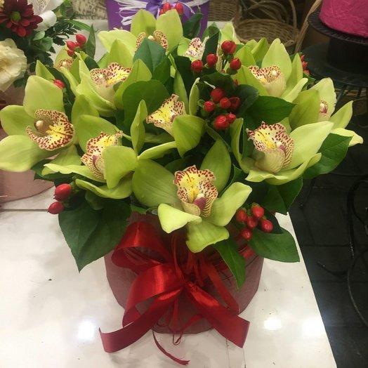 Коробка из орхидеи и гиперикума