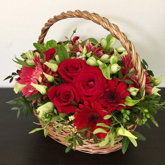 Корзина с красными розами, герберами и гермини: букеты цветов на заказ Flowwow