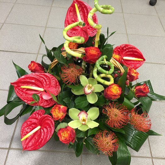 Корзина с экзотическими цветами