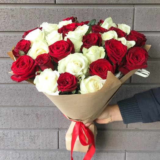 Букет красных и белых роз (35 шт): букеты цветов на заказ Flowwow