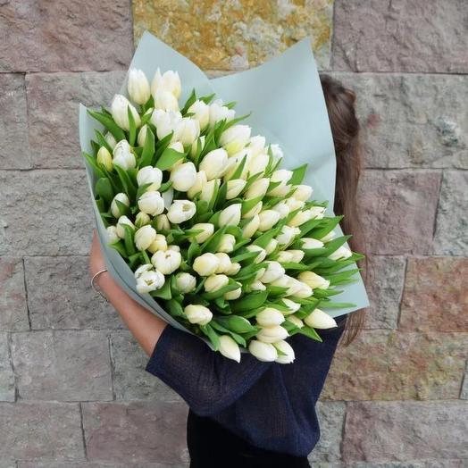 Тюльпаны 101 шт с дизайнерской упаковкой: букеты цветов на заказ Flowwow