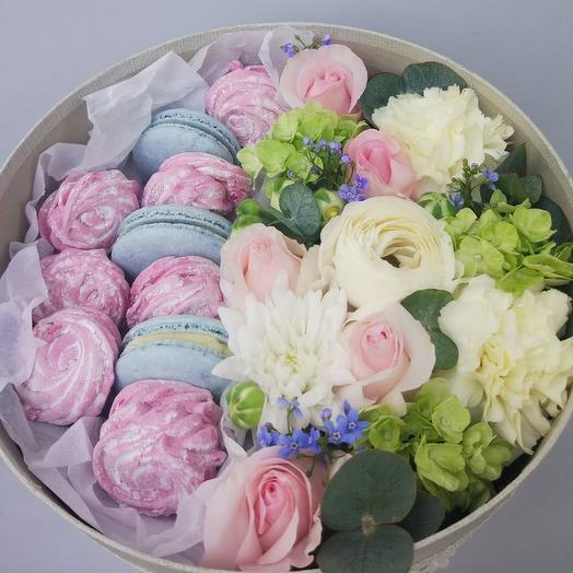 Нежные цветы в коробке + натуральный зефир и пирожное макаронс