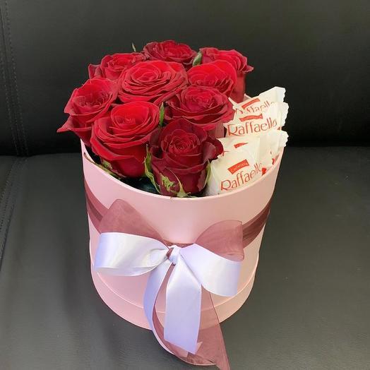 Розовая коробка с розами и Рафаэлло