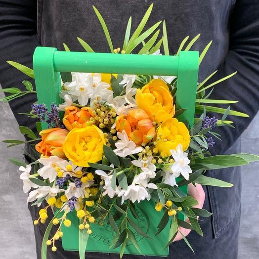 Весенняя композиция в деревянном ящике с тюльпанами, нарциссами и мимозой