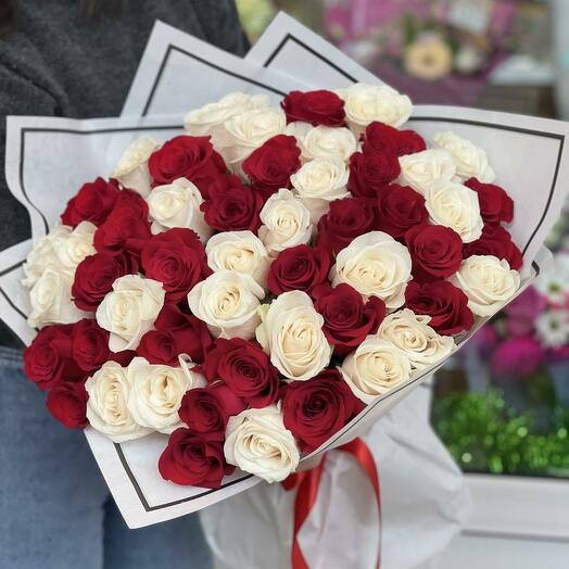 Букет из 51 красной и белой розы 60 см