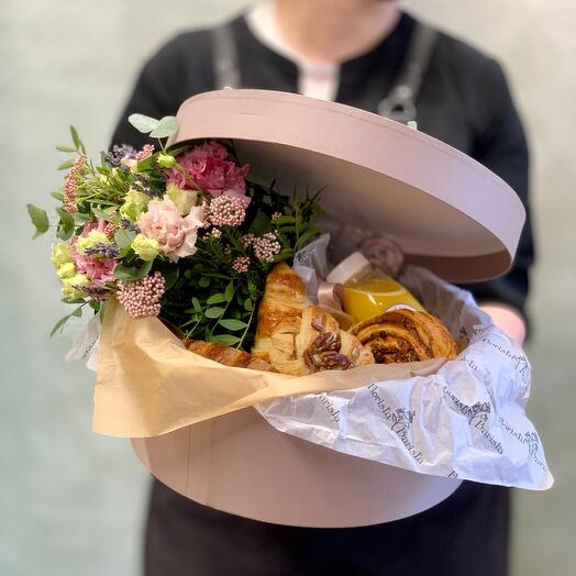 Коробка со свежей выпечкой и букетиком с лавандой «Утро в провансе»