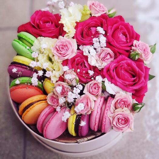 Композиция с цветами и макарунами😳