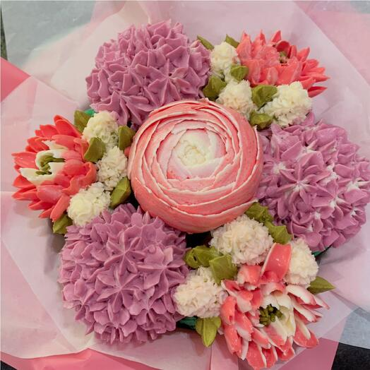 Delicious bouquet of cupcakes: peonies and hydrangeas