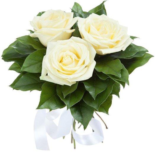 3 белые розы в зелени. Код 180047
