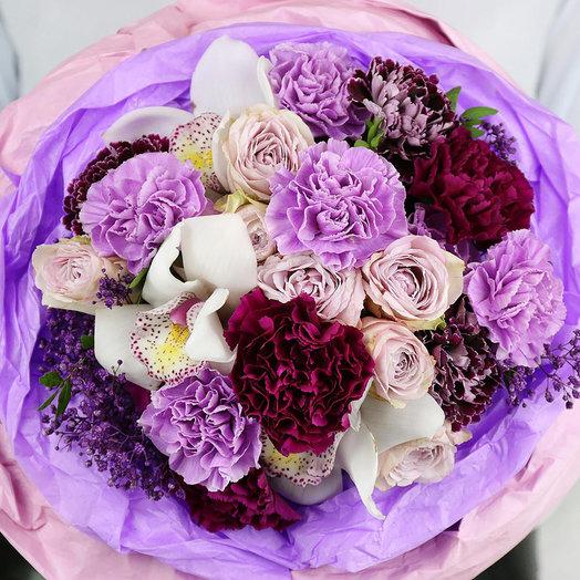 Букет из гвоздик кустовых роз и орхидей