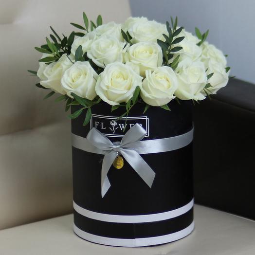 25 белых роз в черной коробке с зеленью