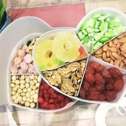 Коробка сердце с орехами и сухофруктами: букеты цветов на заказ Flowwow