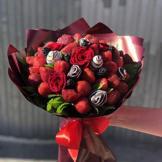 Букет  35 клубник, ежевика и розы