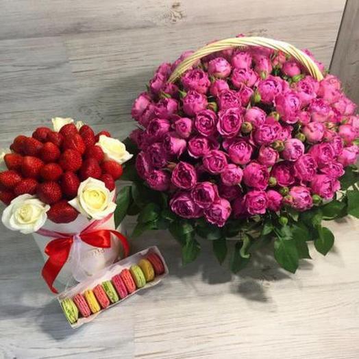 Композиция цветов и сладостей