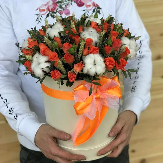 Коробки с цветами. Кустовые розы. Хлопок. Пшеница. N472: букеты цветов на заказ Flowwow
