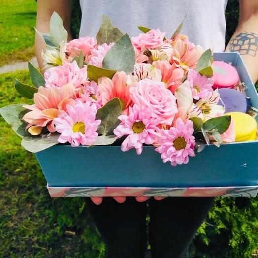 Коробочка с макаронсами и кутовыми хризантемами и розами